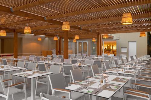 Majoituspaikan Sun Beach Resort ravintola tai vastaava paikka