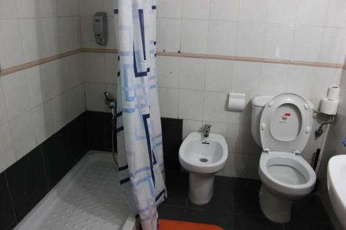 A bathroom at Pensión Sea of Clouds