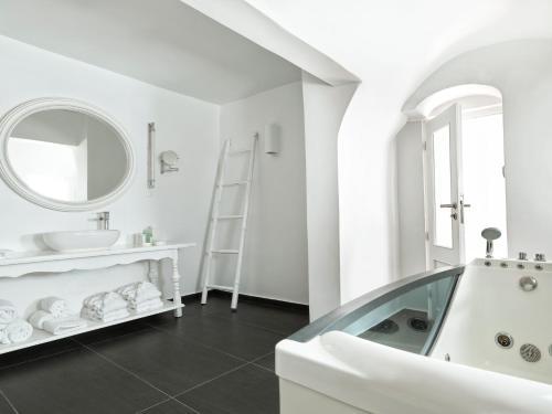 Kylpyhuone majoituspaikassa Katikies Santorini - The Leading Hotels Of The World