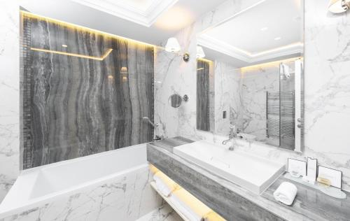 A bathroom at Hotel Tresor Le Palais