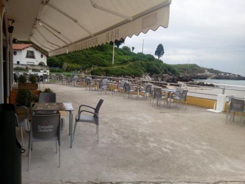 A restaurant or other place to eat at Pensión El Tabanu