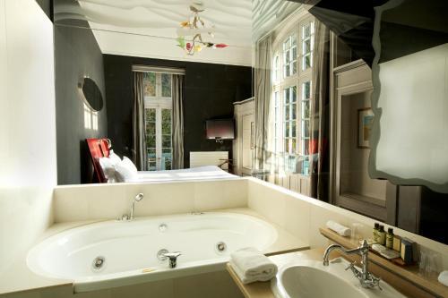 A bathroom at Le Moulin De Connelles