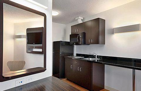 Кухня или мини-кухня в Motel 6-Swift Current, SK