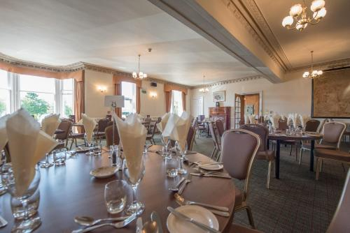 A restaurant or other place to eat at Nethybridge Hotel