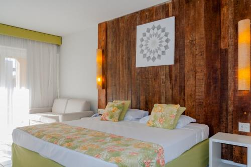 A bed or beds in a room at Búzios Beach Resort
