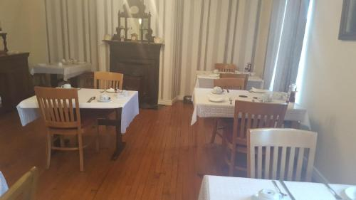 A restaurant or other place to eat at Fiddlestone Bar and B&B