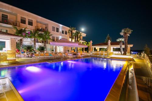 The swimming pool at or close to Aparthotel Adeo