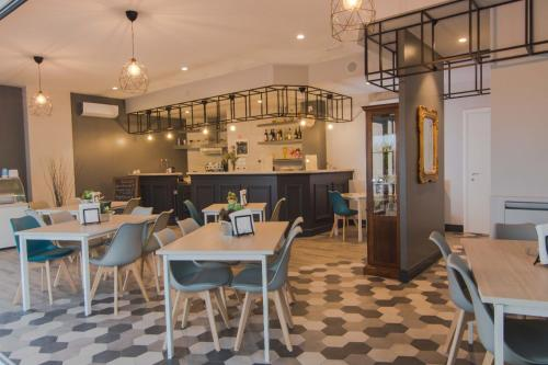 A restaurant or other place to eat at Hotel degli Amici