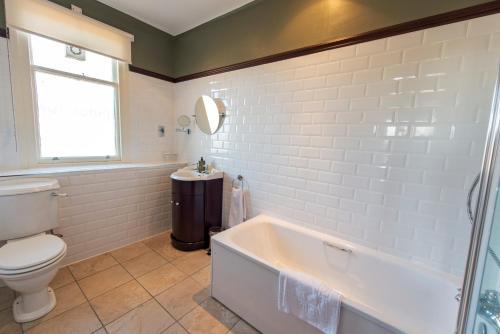 A bathroom at Nethybridge Hotel