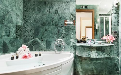 A bathroom at Hotel Ponte Sisto