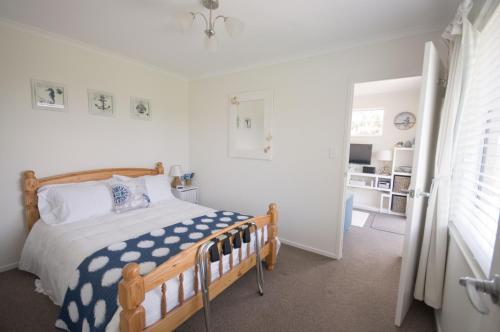 A bed or beds in a room at Bay Hideaway