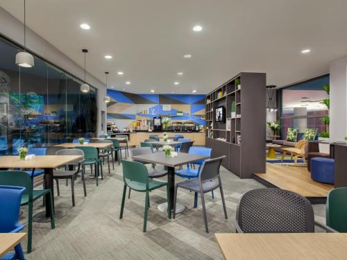 A restaurant or other place to eat at Citadines Mount Sophia Singapore