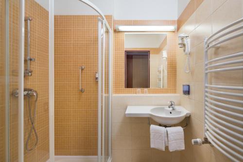 A bathroom at Benczur Hotel