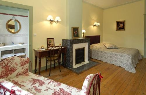 A bed or beds in a room at Le Domaine De Pomone