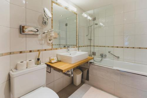 A bathroom at Hotel Montfort