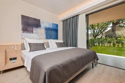 A bed or beds in a room at Garden Suites Park Plava Laguna
