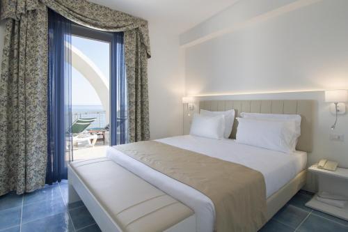 A bed or beds in a room at Hotel Cavalluccio Marino