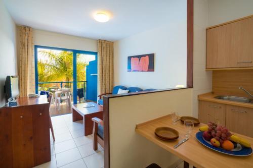 A kitchen or kitchenette at Blue Sea Jandia Luz