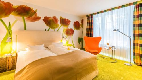 A bed or beds in a room at Wellings Parkhotel