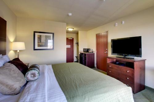 A bed or beds in a room at Cobblestone Hotel - Wayne