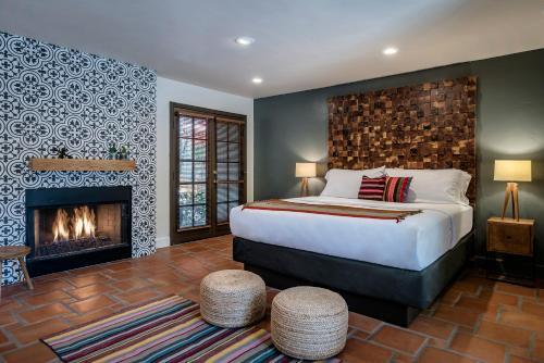 A bed or beds in a room at Santiago Resort - Palm Springs Premier Gay Men's Resort