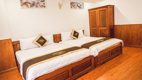 Giường trong phòng chung tại Window Hotel