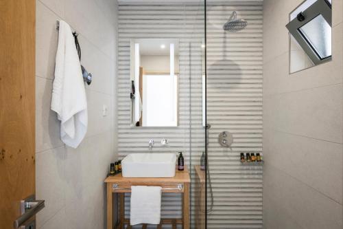 A bathroom at Glykeria Hotel