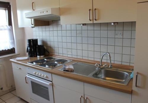 A kitchen or kitchenette at Ferienwohnung bei Inge und Heinz