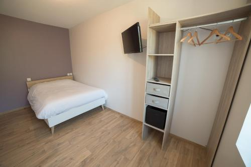 Télévision ou salle de divertissement dans l'établissement Appart Hotel de la Souleuvre