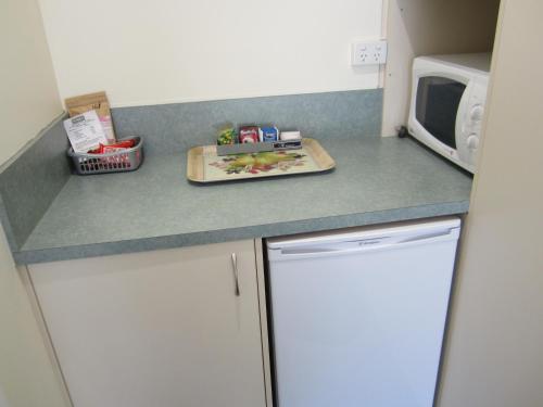 A kitchen or kitchenette at Snowgum Motel