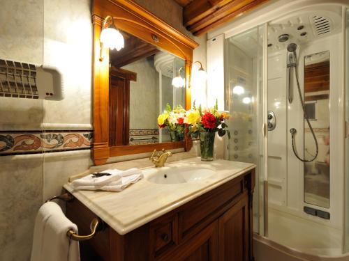 Een badkamer bij El Nogal Hotel Boutique & Spa