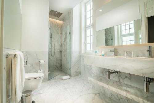 A bathroom at Hotel da Baixa