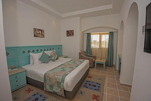 سرير أو أسرّة في غرفة في Sunrise Royal Makadi Resort