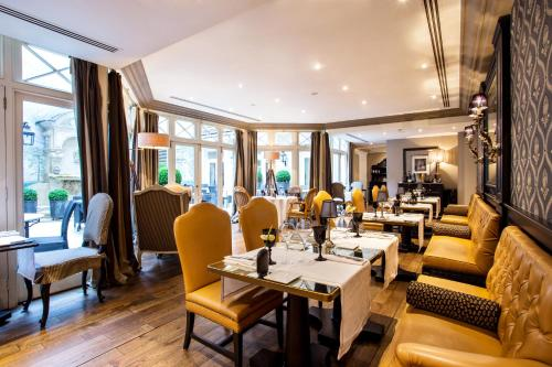 A restaurant or other place to eat at Castille Paris – Starhotels Collezione