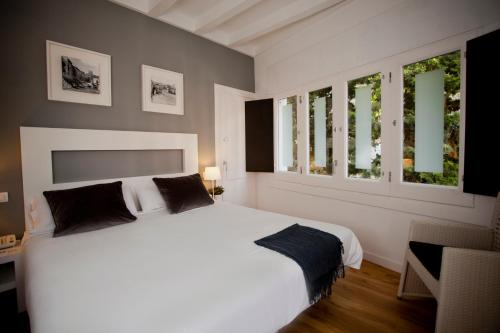 A bed or beds in a room at Hotel Sitges