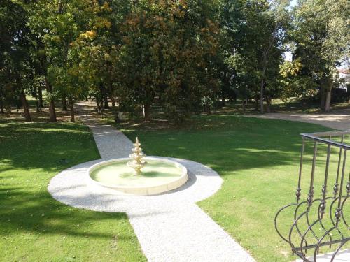 Ein Garten an der Unterkunft Schloss Stare Hobzi