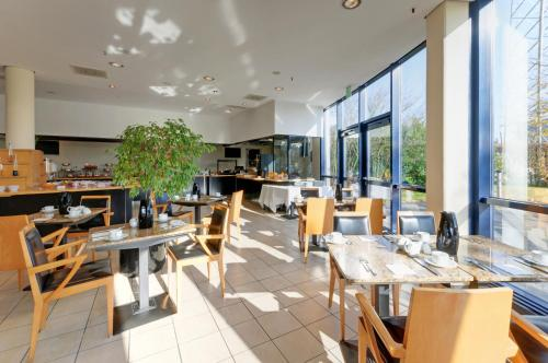 A restaurant or other place to eat at Precise House Düsseldorf Airport