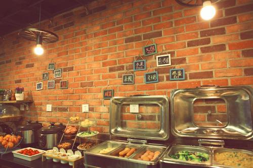 Ein Restaurant oder anderes Speiselokal in der Unterkunft Nostalgia Hotel Beijing Confucius Temple