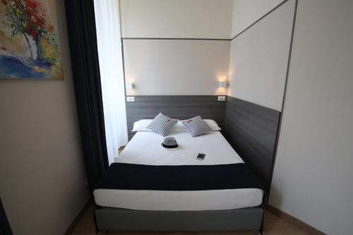 A bed or beds in a room at Boutique Hôtel Neptune Nice