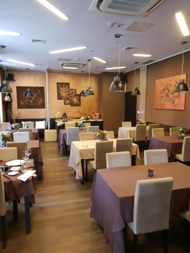 Un restaurante o sitio para comer en Hotel Amfiteatar