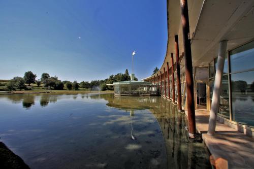 Piscine de l'établissement Logis des Lacs d'Halco ou située à proximité