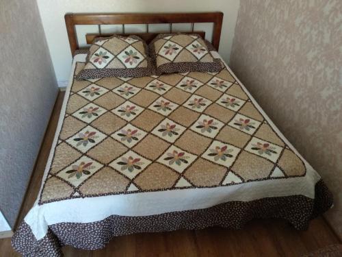 Кровать или кровати в номере Kvartira na Vspoliye 9