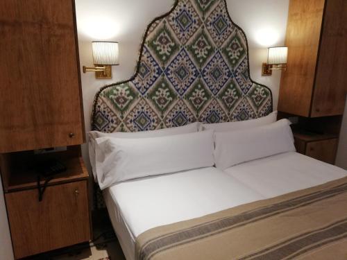 A bed or beds in a room at Santiago 15 Casa Palacio