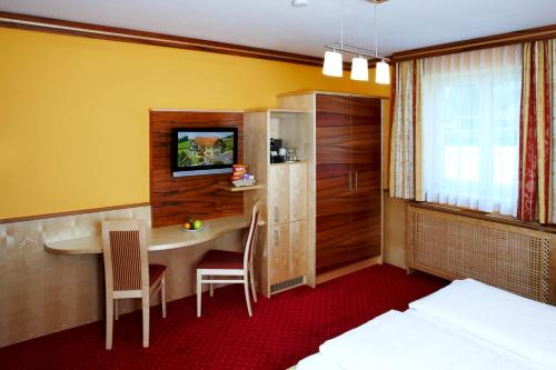 A television and/or entertainment center at Hotel Garni Thermenglück