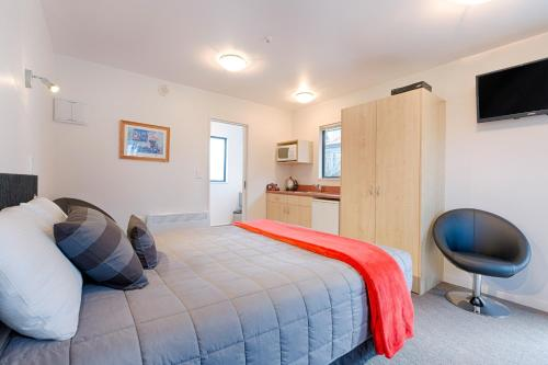 A bed or beds in a room at Bella Vista Motel Te Anau
