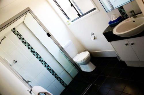 A bathroom at Oakey Motor Inn
