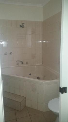 A bathroom at Omeo Motel