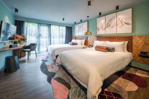 A bed or beds in a room at Naumi Auckland Airport Hotel