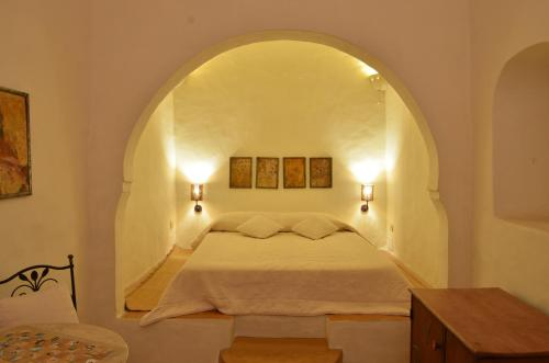 A bed or beds in a room at Hotel Dar Dhiafa