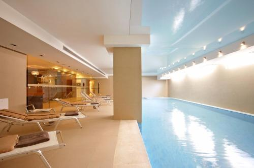 The swimming pool at or close to Hotel Atrium